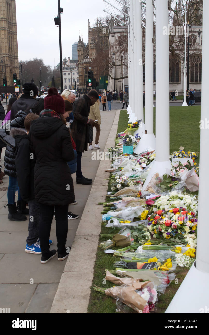 London,UK,24th March 2018, Flowers and tributes left on Parliament Square to remember the people who lost their lives a year ago on Westminster bridge and in front of the Houses of Parliament. Credit Keith Larby/Alamy Live News Stock Photo