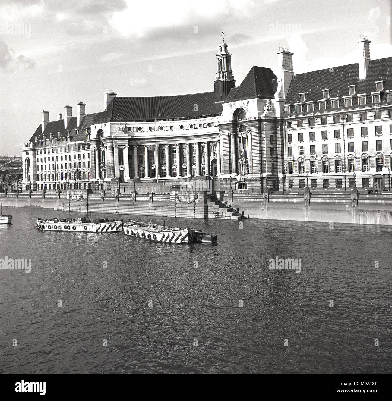 1950s, historical view of County Hall, London, England.This large grand building, built in an Edwardian Baroque style in Portland stone on the South Bank of the of the River Thames, was the headquarters of local government in London, firstly the LCC and then the Greater London Counicl (GLC). - Stock Image