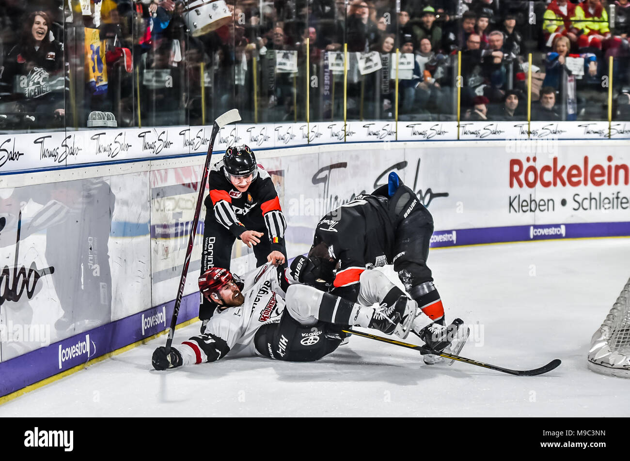 Nurenberg, Germany 24 Mar 2018. DEL Playoffs Viertelfinale, Spiel 5 - Thomas Sabo Ice Tigers vs. Kšlner Haie - Image: (From L-R)  Pascal Zerressen (Kšlner Haie, #27) and Yasin Ehliz (Ice Tigers, #42) getting off-setting penalties for roughing after the whistle.   Foto: HMB Media/Ryan Evans Credit: Ryan Evans/Alamy Live News - Stock Image