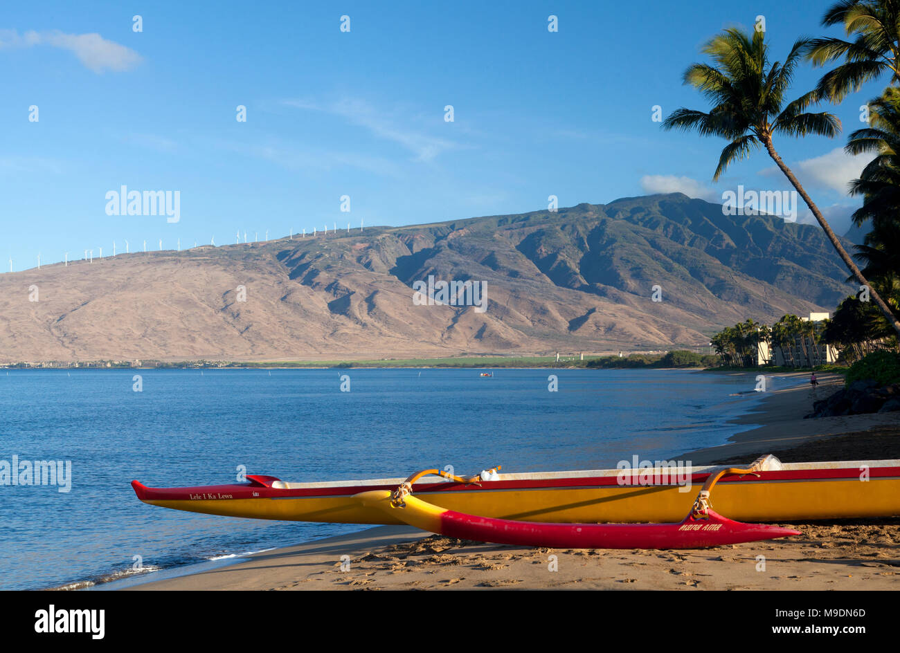 Outrigger canoe at Sugar Beach, Kihei, Maui, Hawaii.  The West Maui Mountains are in the background. - Stock Image