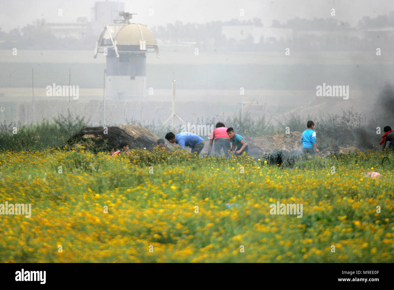 Gaza, Palestinian territories. 23rd march, 2018.   A Palestinian demonstrators hurls stones at Israeli troops during clashes with Israeli troops near  - Stock Image