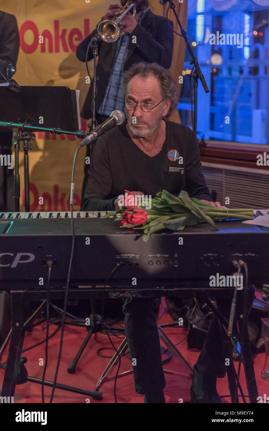 Hugo Egon Balder am Keybord mit roten Tulpen auf der Bühne der Louisiana Star bei der Kultnight der Hamburger Szene - Stock Image