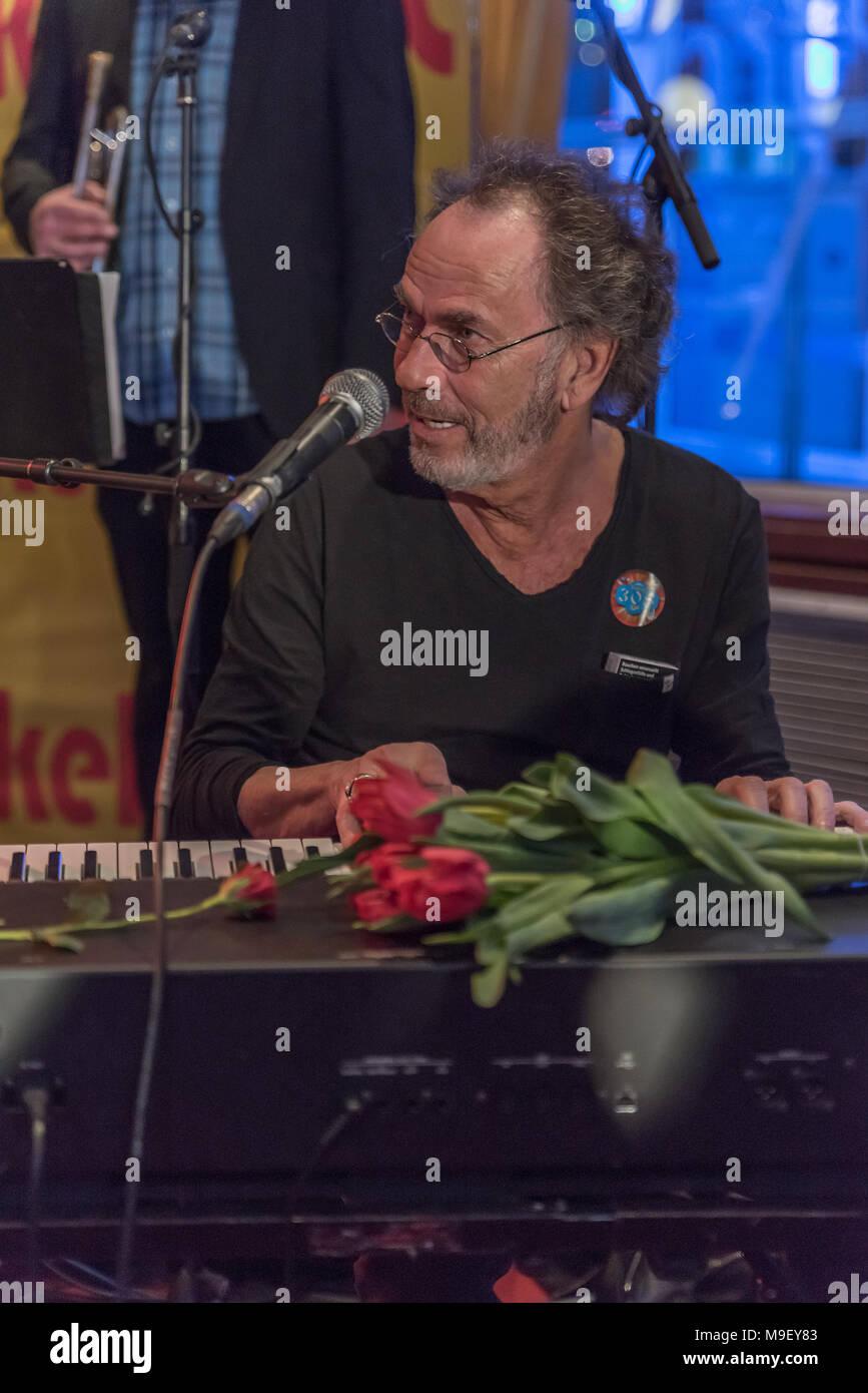 Hugo Egon Balder am Keybord mit roten Tulpen auf der Bühne der Louisiana Star bei der Kultnight der Hamburger Szene blickt nach links - Stock Image