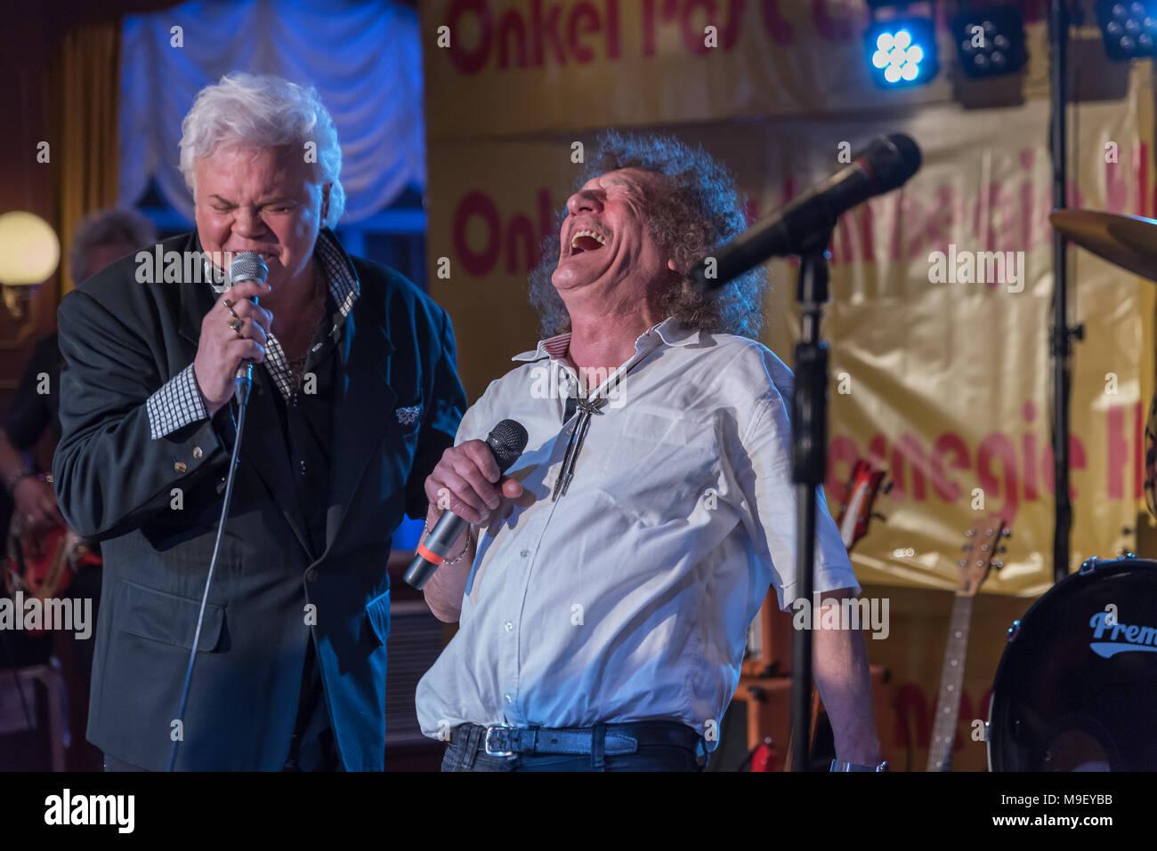 Geff Harrison und Taco Ockerse singen fröhlich in alter Freundschaft auf der Bühne der Louisiana Star bei der Kultnight dder Hamburger Szene - Stock Image