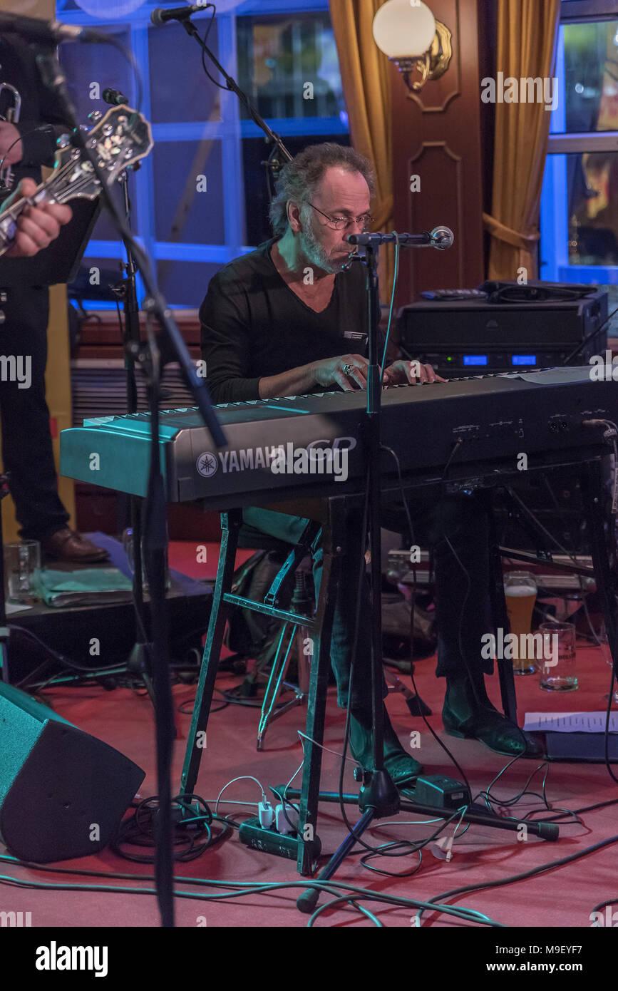 Hugo Egon Balder  von Rudolf Rock und die Schocker ganz konzentriert am Keyboard auf der Bühne der Louisiana Star bei der Kultnight der Hamburger Szene - Stock Image