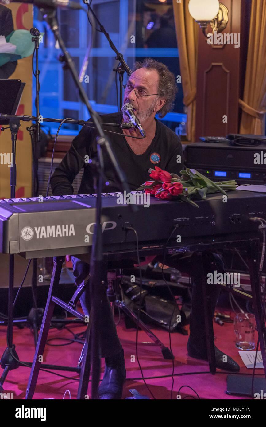Hugo Egon Balder von Rudolf Rock und die Schocker singend am Keyboard mit rotem Tulpenstrauss auf der Louisiana Star bei der Kultnight der Hamburger Szene - Stock Image