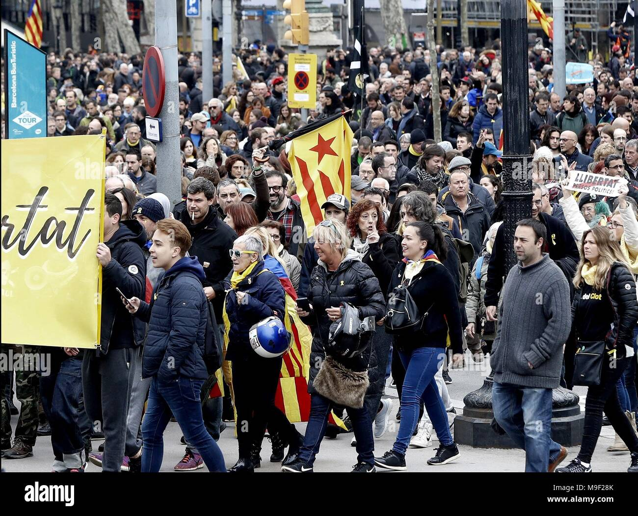 Barcelona, Spain. 25th Mar, 2018. People attend a march called for by the Republican Defense Comittee (CDR) to protest against the detention of former Catalan leader Carles Puigdemont in Barcelona, Catalonia, north eastern Spain, 25 March 2018. According to reports, German police on 25 March 2018 allegedly detained former Catalan leader Puigdemont after he crossed into Germany from Denmark. Puigdemont is sought by Spain who issued an European arrest warrant against the former leader who was living in exile in Belgium. Credit: ANDREU DALMAU/EFE/Alamy Live News Stock Photo