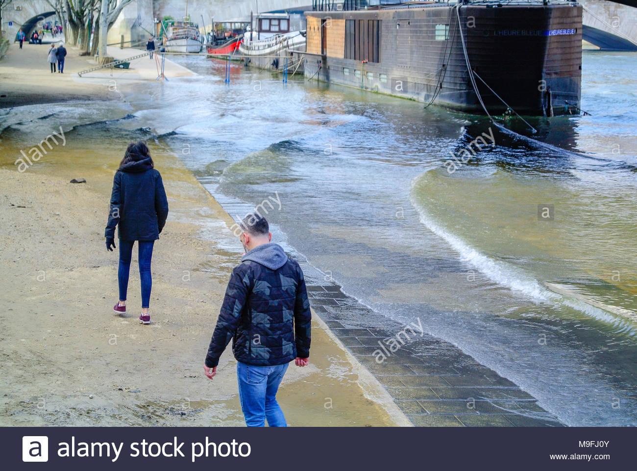 tourists by seine river, paris, france - Stock Image