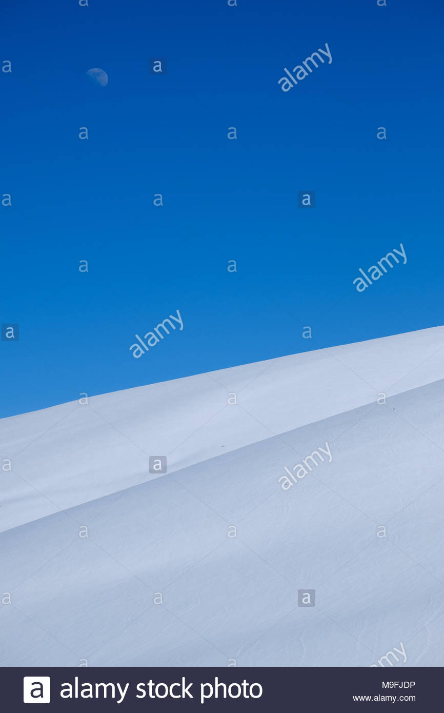Minimalist two-tone snowy landscape in the french Pyrenees - Stock Image