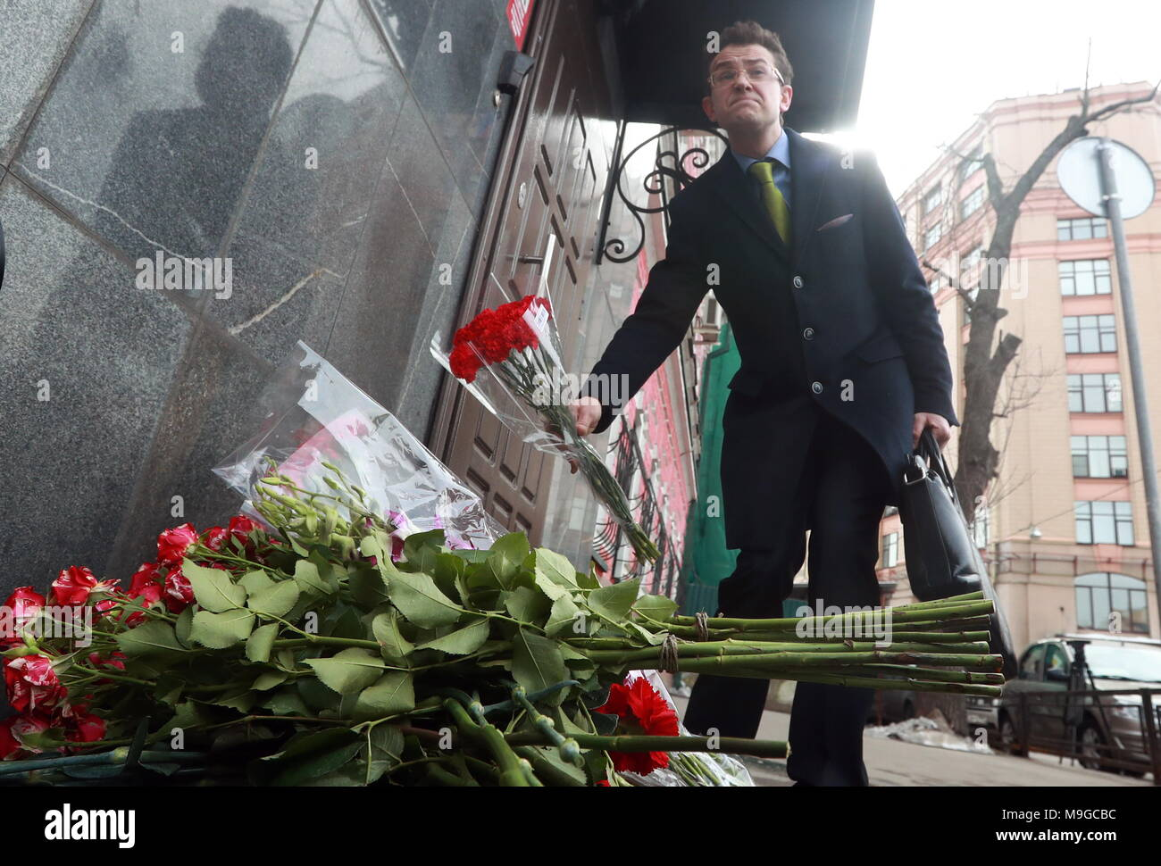 Moscow, Russia. 26th Mar, 2018. MOSCOW, RUSSIA - MARCH 26, 2018: Flowers outside the Kemerovo Region representative office in Bolshaya Tatarskaya Street in memory of the people killed in a fire at the Zimnyaya Vishnya shopping centre in Kemerovo on March 25, 2018. Sergei Fadeichev/TASS Credit: ITAR-TASS News Agency/Alamy Live News Stock Photo