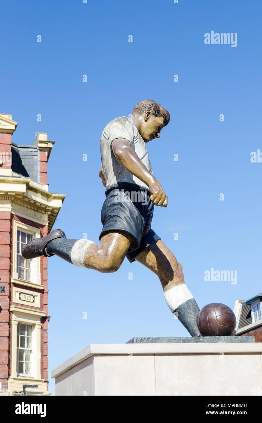 Statue of footballer Duncan Edwards by sculptor James Butler in Market Place, Dudley, West Midlands. Duncan Edwards was born in Dudley. - Stock Image