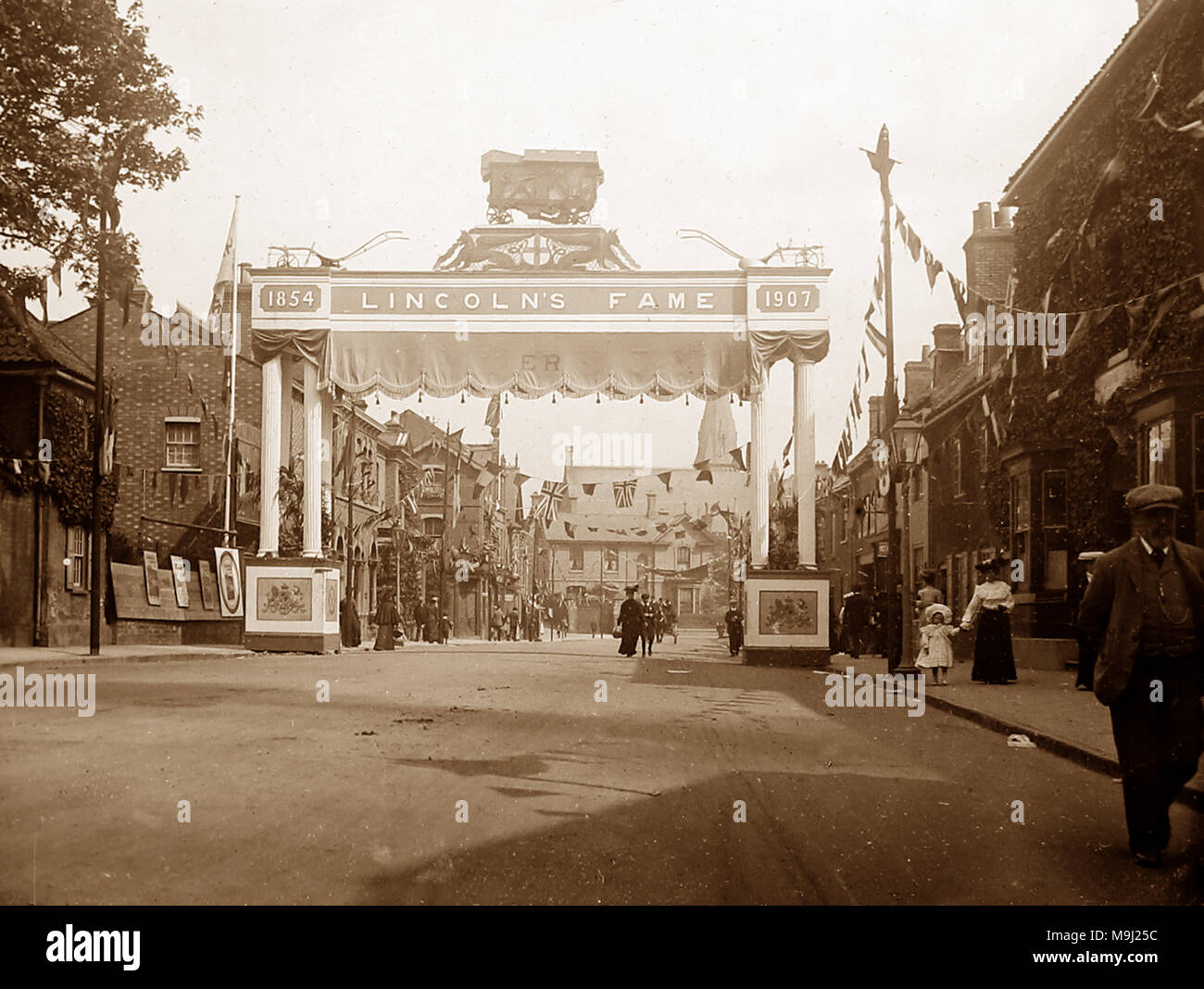 Lincoln Arch in 1907, possibly in celebration of a visit by King Edward VII - Stock Image