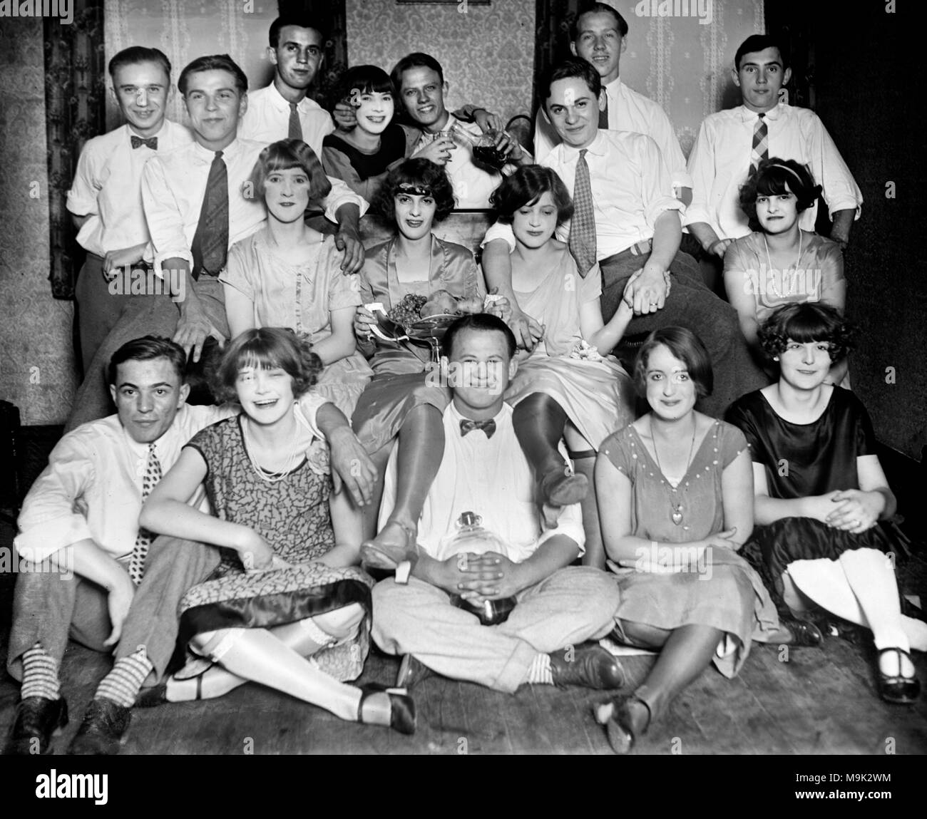 Young people drink bootleg booze during Prohibition in Chicago in 1927. - Stock Image