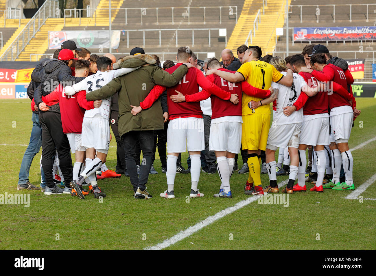sports, football, Regional League West, 2017/2018, Grotenburg Stadium in Krefeld-Bockum, KFC Uerdingen 05 vs FC Viktoria Koeln 1904 1:1, players, coaches and helpers of Cologne building a circle, team spirit, solidarity, invocation - Stock Image