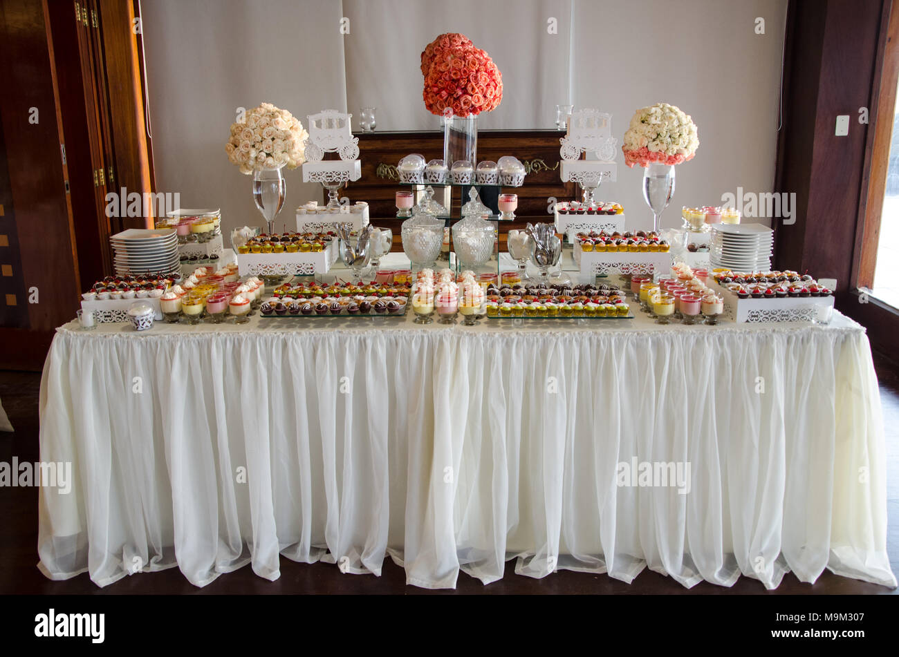 Decorating a candy table at a wedding Stock Photo - Alamy