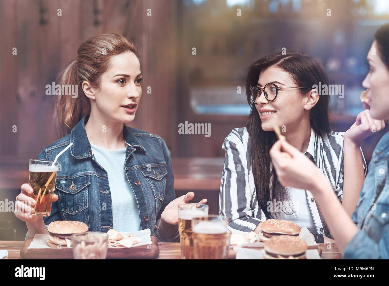 Beautiful good looking woman telling a story - Stock Image