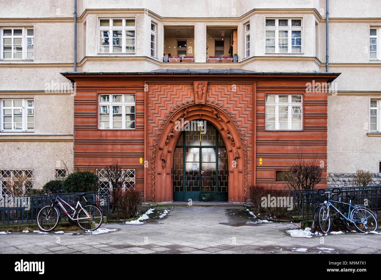 Berlin-Schöneberg. Ceciliengärten housing estate built 1922 -1927. Historic listed Building entrance & door show Art Deco & Art Nouveau influence - Stock Image