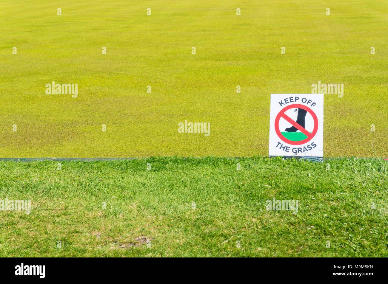 Keep off the grass sign warning sign public notice warning notice - Stock Image