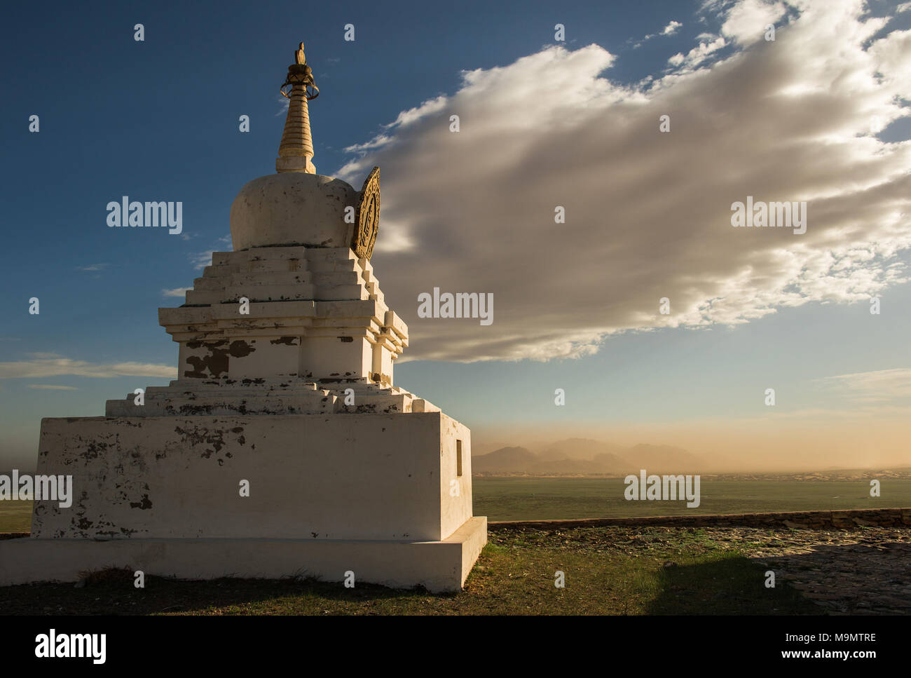 Buddhist shrine, sandstorm and dramatic cloud in the back, Gobi desert, Mongolia - Stock Image
