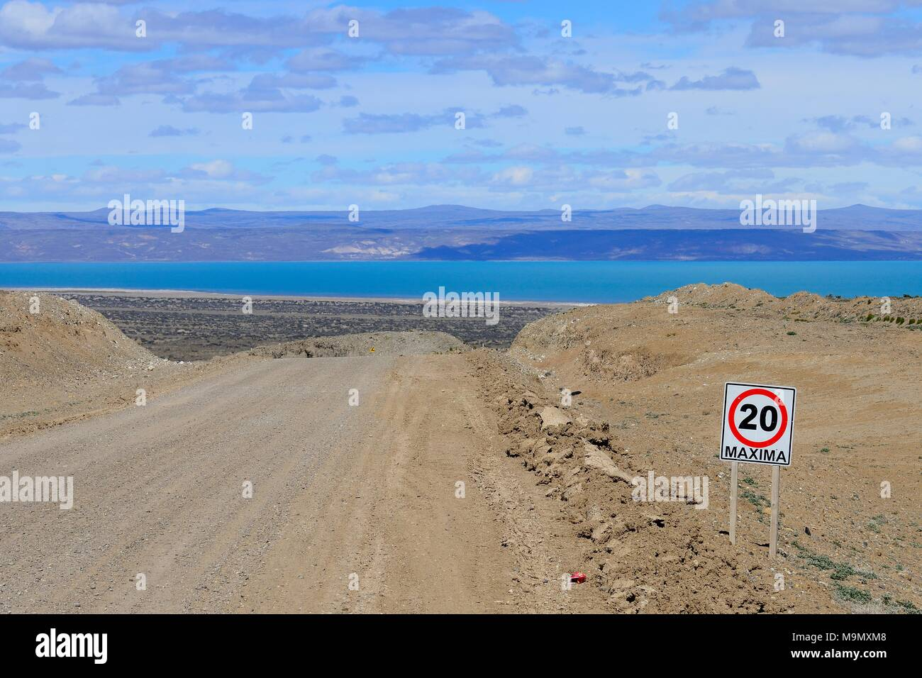 Gravel road Ruta 40 with speed limit 20 Km/h, behind Lago Cardiel and Andes, near Perito Moreno, province Santa Cruz, Patagonia - Stock Image
