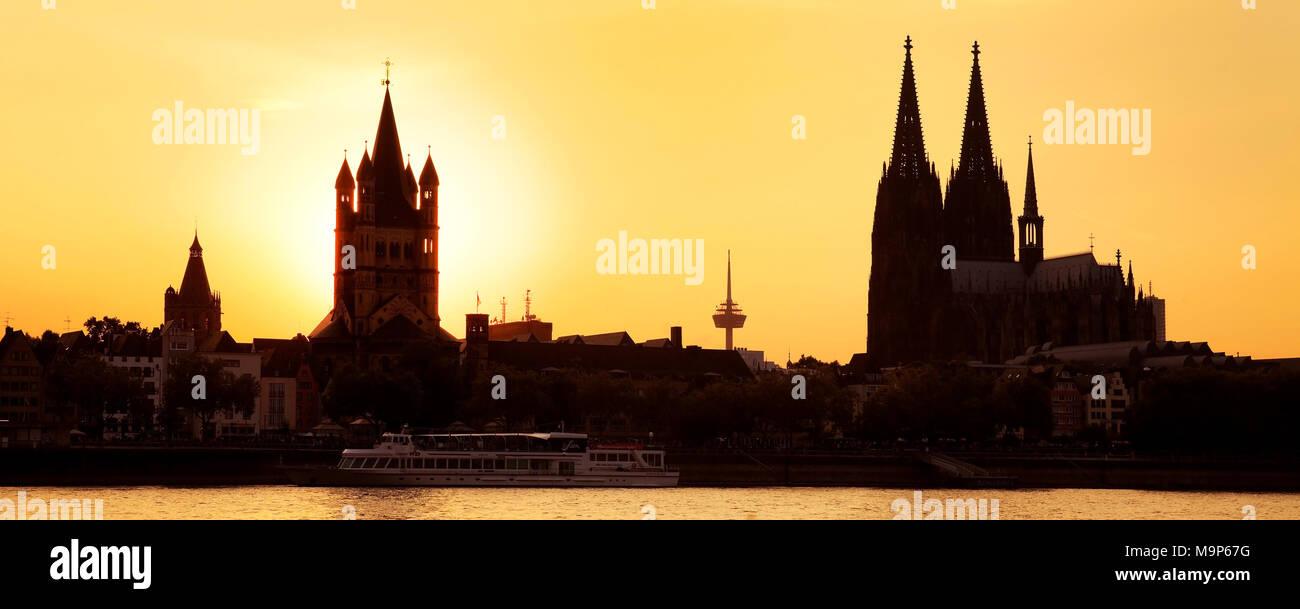 Silhouhette Kirche Gross Sankt Martin mit Koelner Dom und Rhein bei Sonnenuntergang, Koeln, Rheinland, Nordrhein-Westfalen, Deutschland, Europa - Stock Image