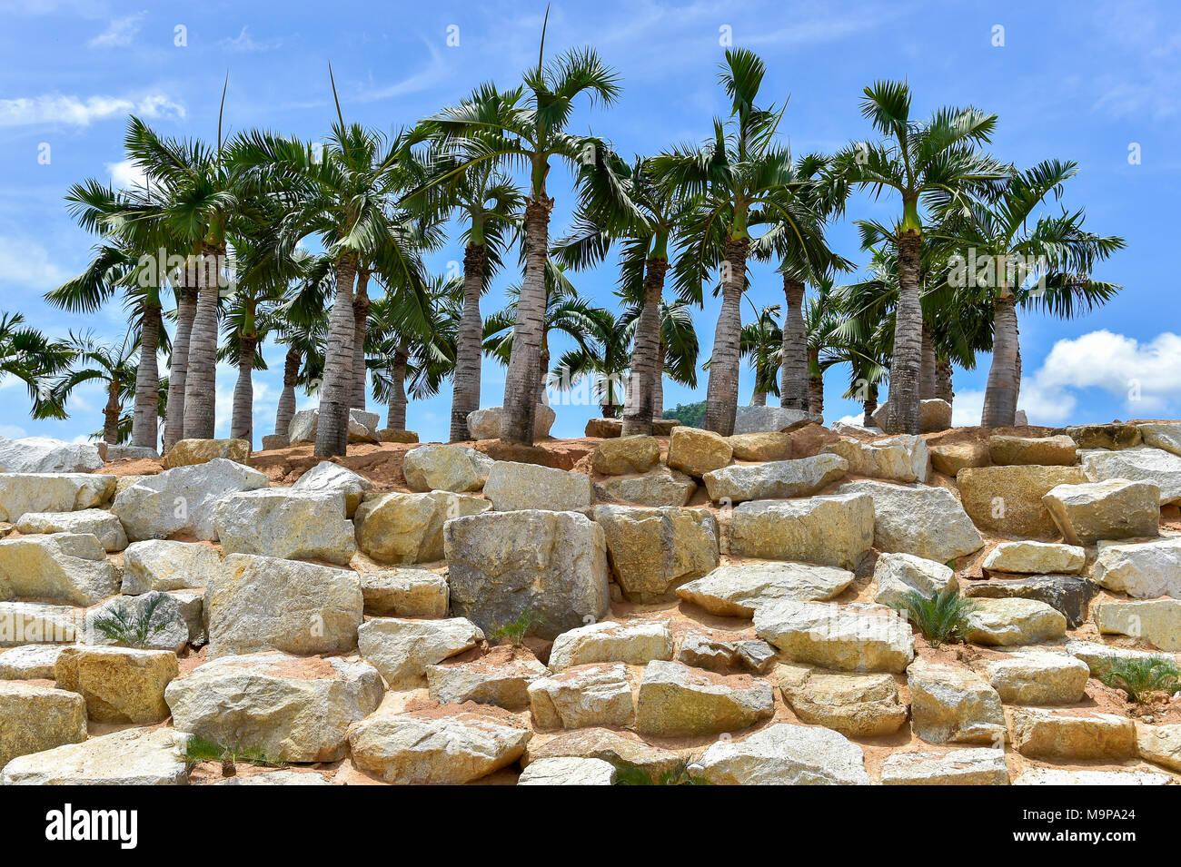 Imitation Stonehenge with Palms, Nong Nooch Tropical Botanical Garden, Pattaya, Thailand - Stock Image