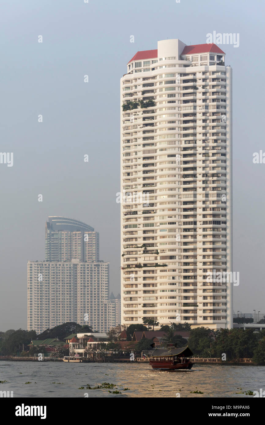 Condominium, high-rise residential building on the Mae Nam Chao Phraya River, Bangkok, Thailand - Stock Image