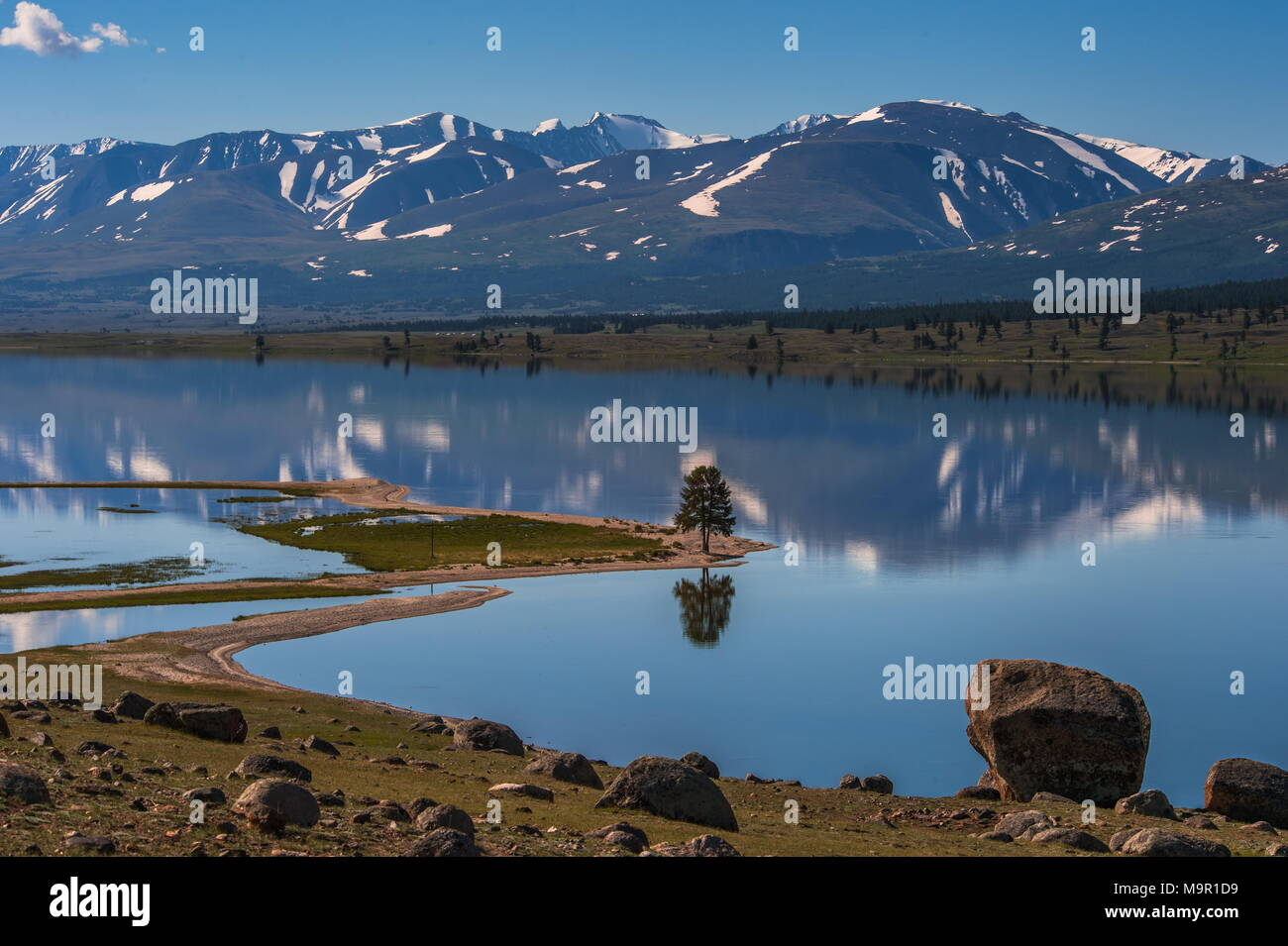 Khoton Lake, snow-covered mountains in the back, Mongolia - Stock Image