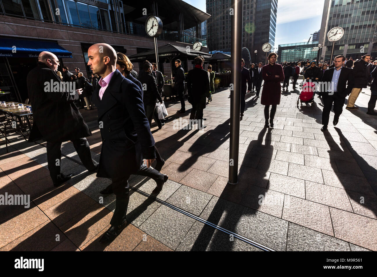 Business workers at their lunch break in Canary Wharf, London's financial district. London, UK. - Stock Image