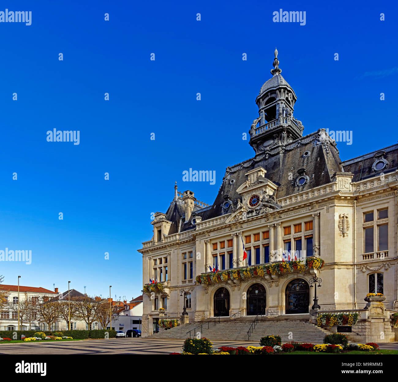 Europe, France, Auvergne, Vichy, Place de l'Hôtel de Ville, city hall, l'Hôtel de Ville, Marie de Vichy, architecture, trees, buildings, flowers, hist Stock Photo