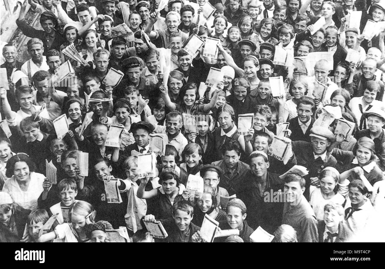 RUSSIAN CHILDREN recruited to sell Soviet government loans in the 1930s wave agreements they have had signed. - Stock Image