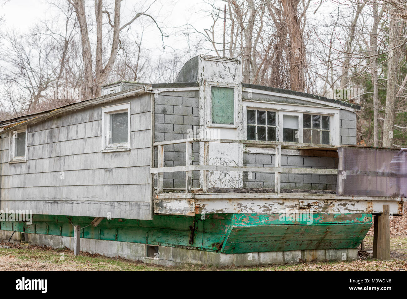 old dilapidated structure on the verge of falling down in long island ny - Stock Image
