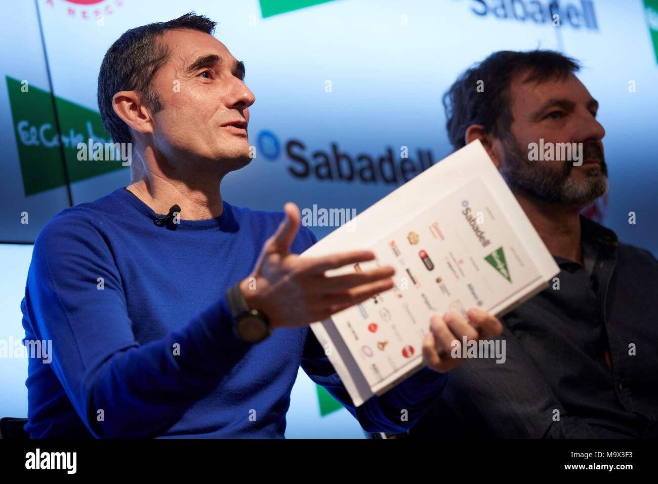 Barcelona, Spain. 28th Mar, 2018. FC Barcelona's head coach Ernesto Valverde(L) and Peesident of Spanish NGO Proactiva Open Arms, Oscar Camps (R), speak during the presentation of the book 'Relatos Solidarios del Deporte' (lit. Solidary Sports Stories) in Barcelona, north eastern Spain, 28 March 2018. The book aims to raise funds for Spanish NGO Proactiva Open Arms, dedicated to sea rescue of migrants in the Mediterranean. Credit: Enric Fontcuberta/EFE/Alamy Live News - Stock Image