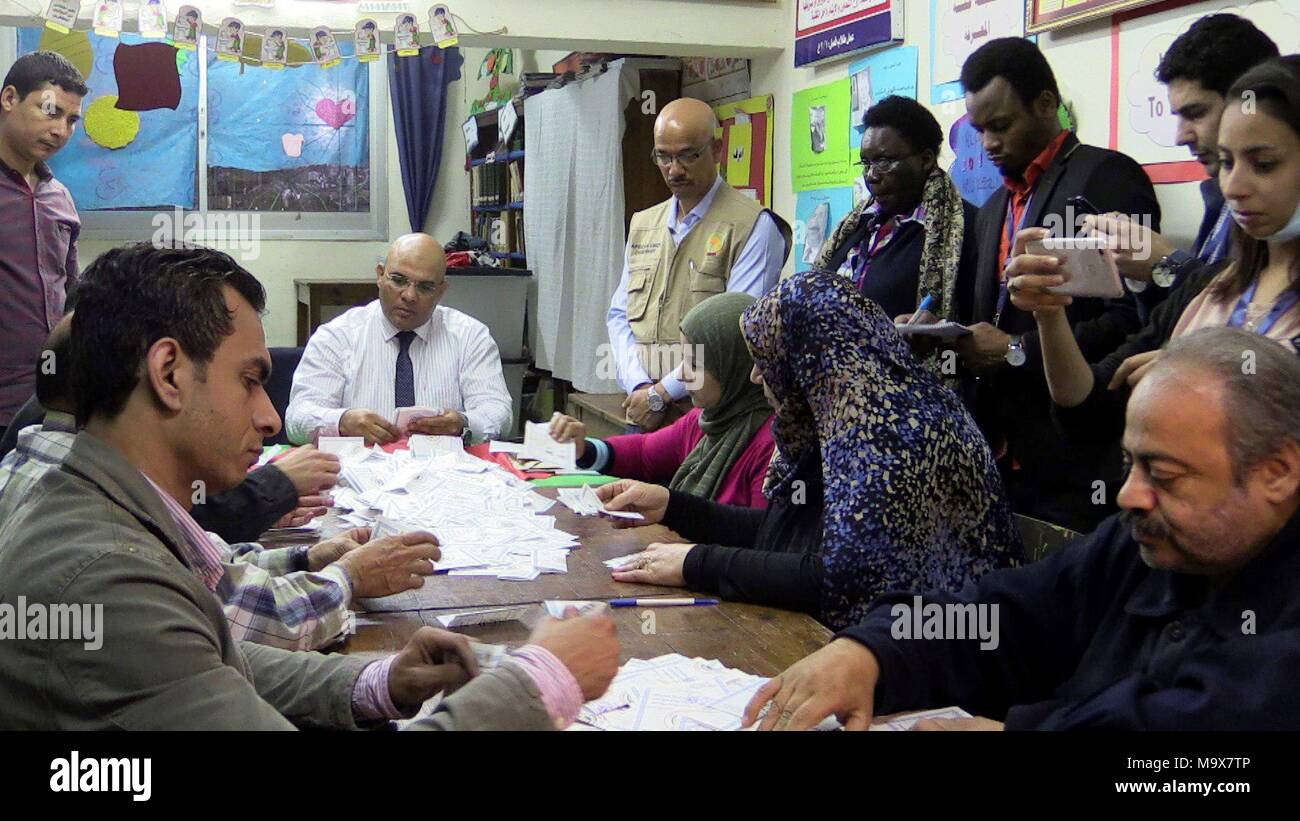 El Cairo, Egipto. 28th Mar, 2018. Officers count votes in the Zamalek polling station, before the eyes of an observer from the African Union in El Cairo, Egipt, 28 March 2018. The scrutiny of the Egyptian presidential elections, which ended today at 22.00 local time (20.00 GMT), after three days full of enthusiastic demonstrations of patriotism at the doors of many schools, has begun. Credit: Jorge Fuentelsaz/EFE/Alamy Live News - Stock Image