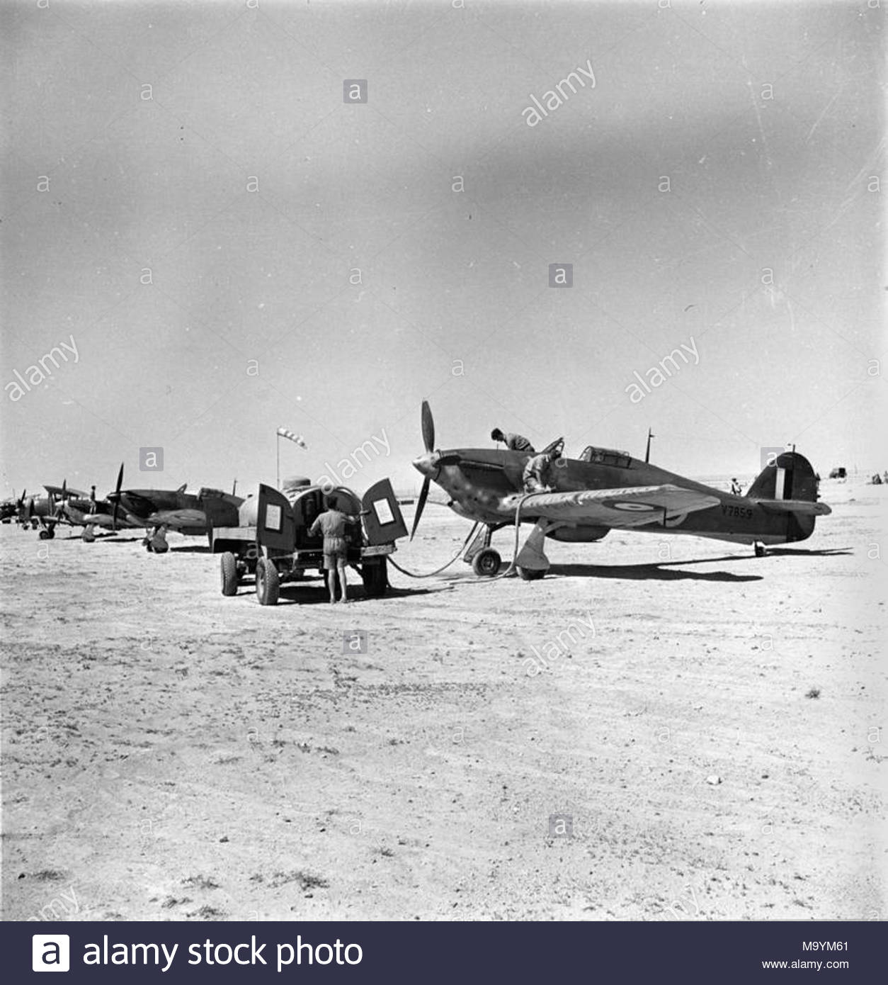[ARMA HOBBY] Hurricane Mk I metal wing 1/72 -- 73sq Flight B James DENIS (FINI) - Page 4 Royal-air-force-operations-in-the-middle-east-and-north-africa-1939-1943-ground-crew-refuelling-hawker-hurricane-tac-r-mark-i-v7859-73-274-sqns-soc-1741-v7851-missing-9441-M9YM61