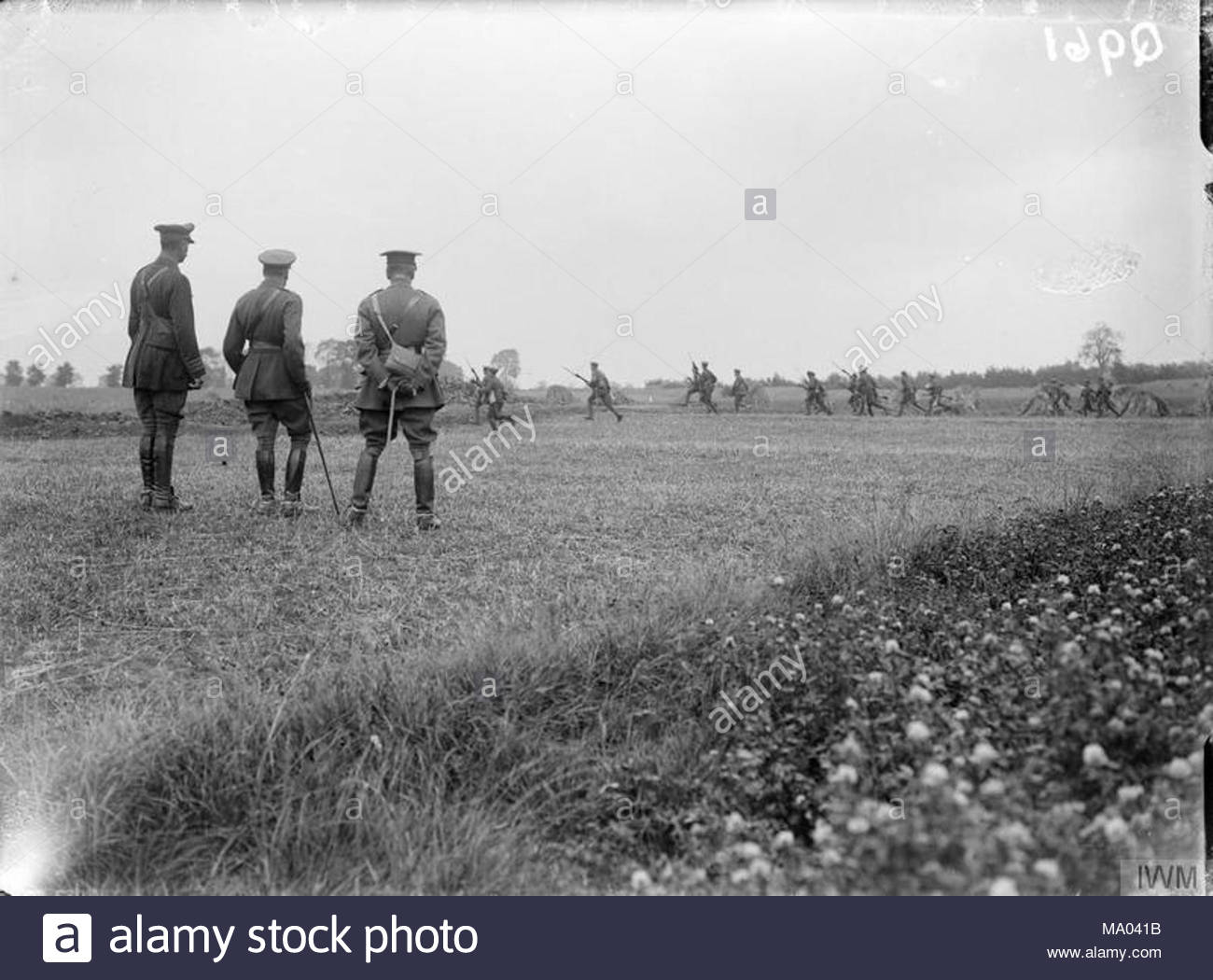 The Battle of the Somme, July-november 1916 King George V watching a practice attack at the Third Army Trench Mortar School at Ligny-Saint-Flochel, where the King was received by Major-General Arthur Holland, Commander Royal Artillery for Third Army, and Major Hudson, who was in charge, 9th August 1916. - Stock Image