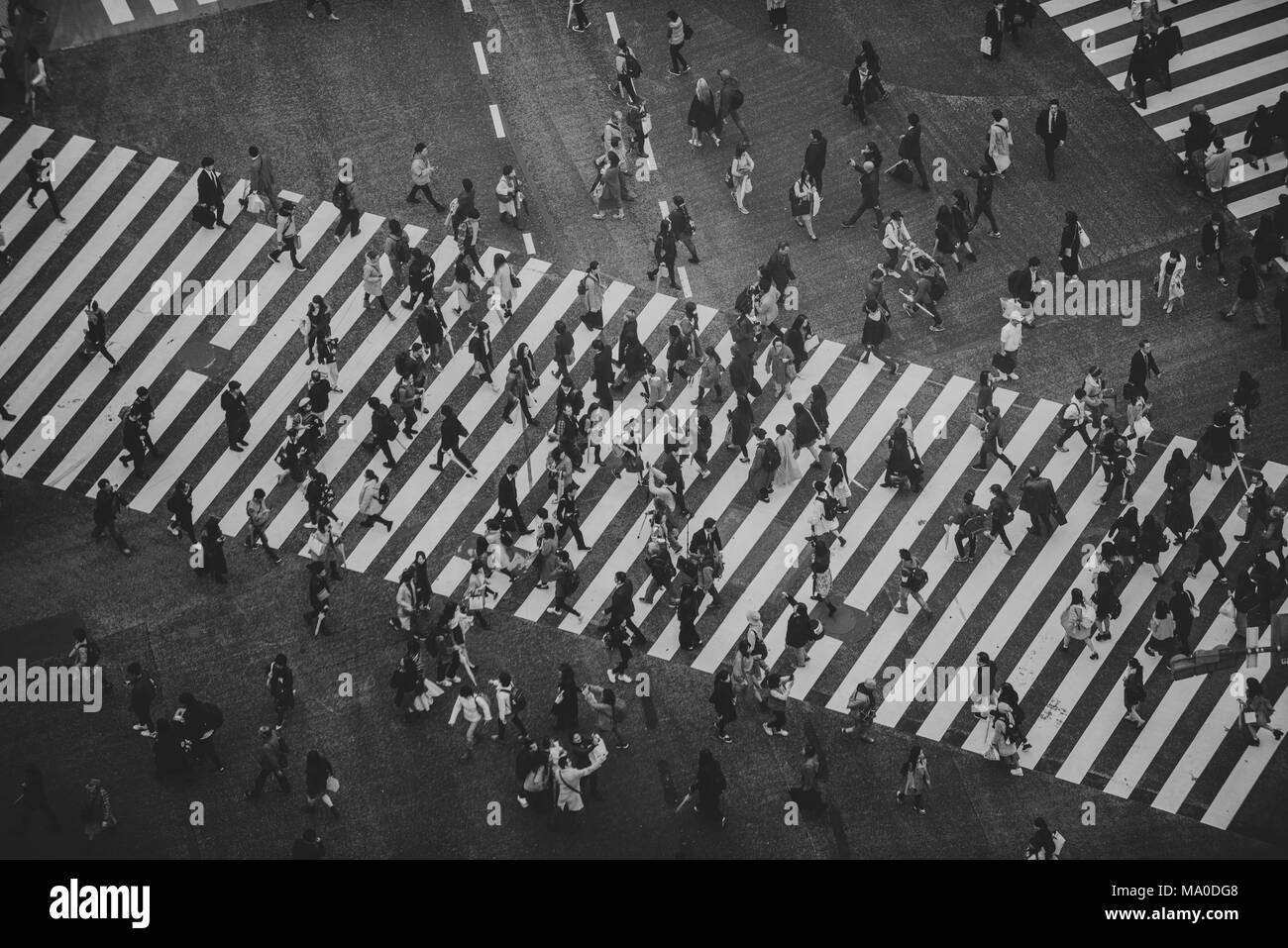 Mass of people crossing the street in Tokyo - Stock Image