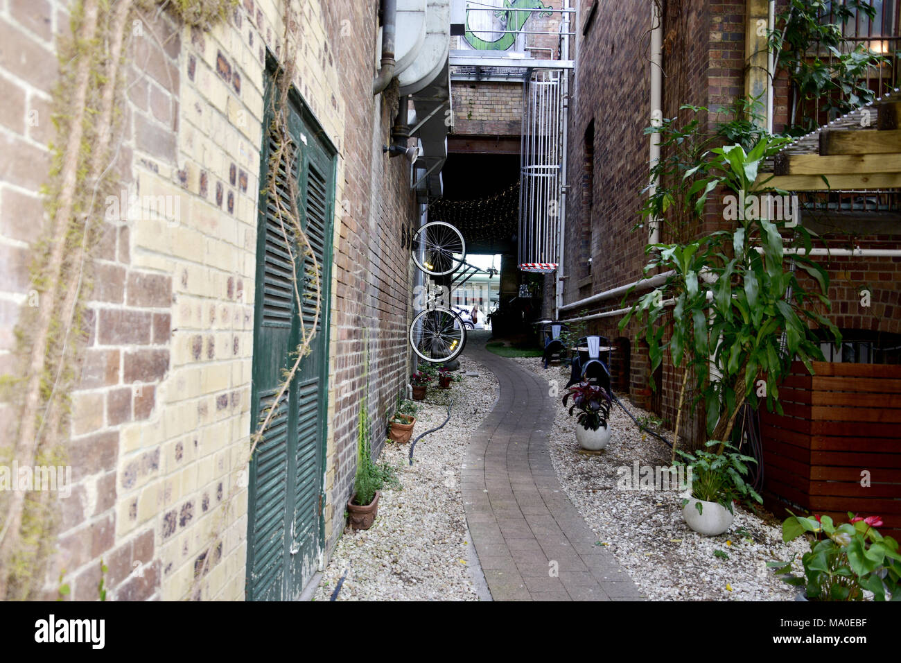 ALLEY WAY LEADING TO CAFE IN BRISBANE CITY - Stock Image