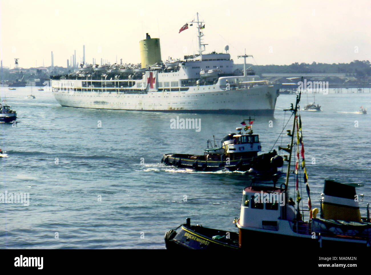 AJAXNETPHOTO. 1982. SOUTHAMPTON, ENGLAND. - WOUNDED RETURN - THE HOSPITAL SHIP UGANDA RETURNING TO SOUTHAMPTON IN 1982 CARRYING THE WOUNDED FROM THE FALKLAND ISLANDS CONFLICT.  PHOTO:JONATHAN EASTLAND/AJAX.  REF:UGANDA 910574. - Stock Image