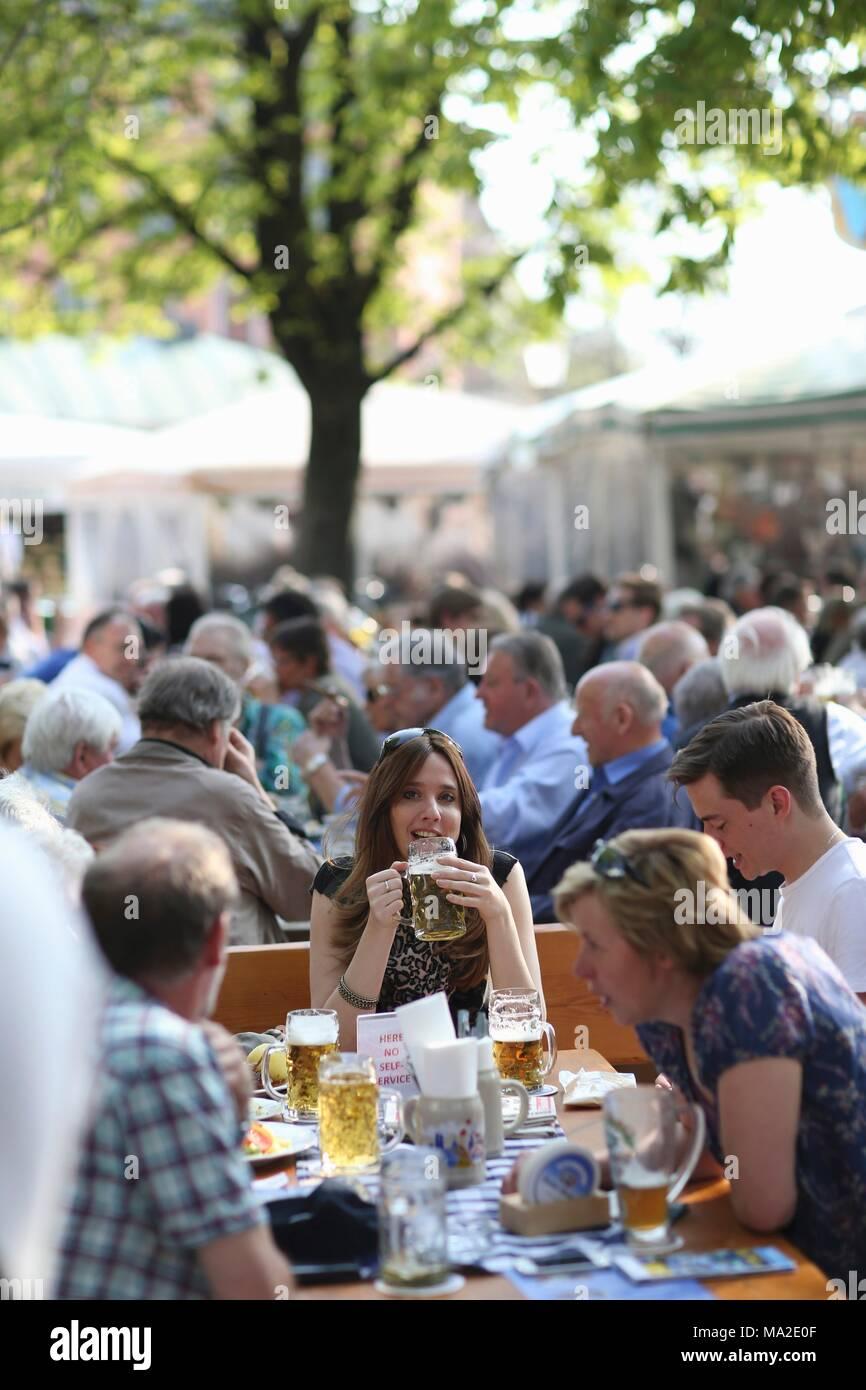A beer garden at the Viktualienmarkt in Munich - Stock Image