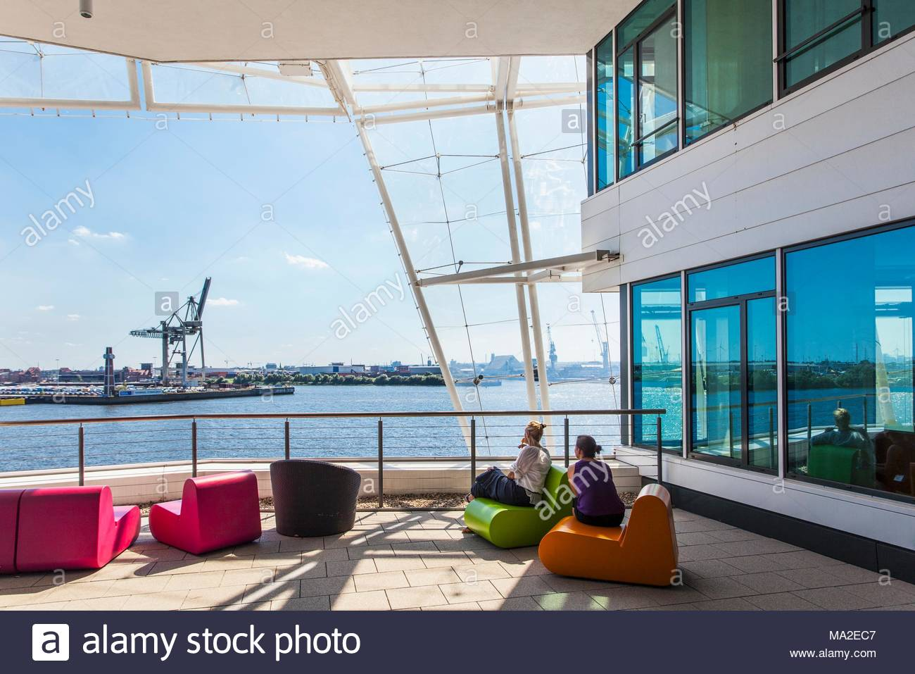 Hafencity: The Unilever building with a view of the river Elbe and the harbour - Stock Image