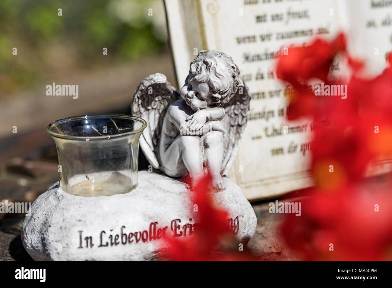 Angel figure, ininscriptionion, 'In Liebevoller Erinnerung', Friedhof Aldenburg (cemetery), Wilhelmshaven, - Stock Image