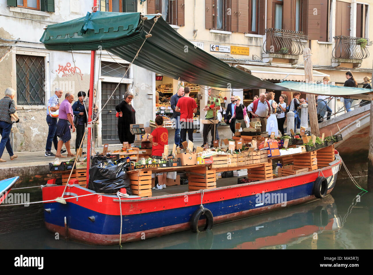 La Barca - Fruit and vegetable canal boat shop in Venice - Stock Image