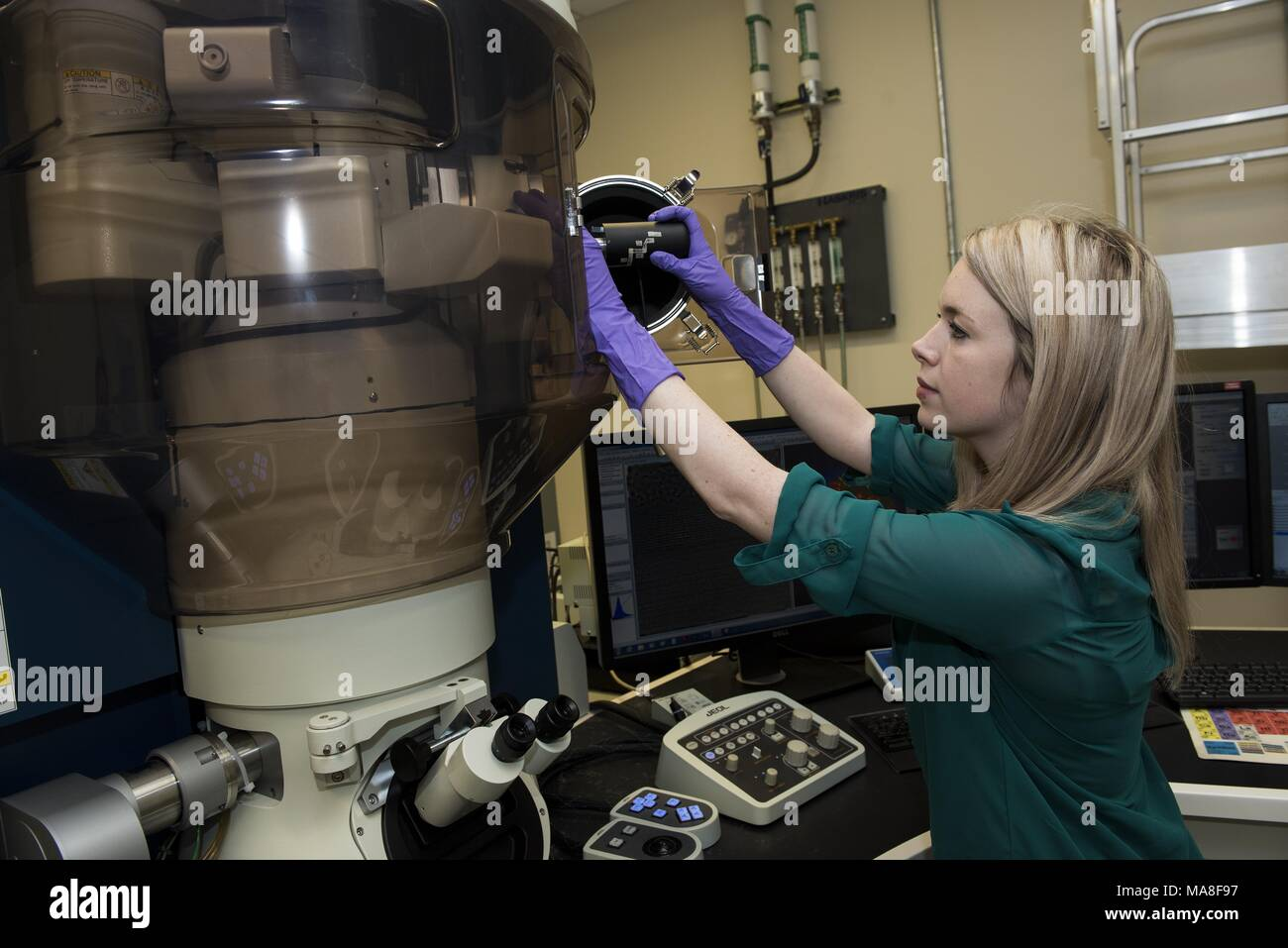 Female researcher uses the Cold Field Emission Scanning Transmission (CFE-STEM) and Transmission Electron Microscope (TEM) in a lab located at Pacific Northwest National Laboratory (PNNL) located in Richland, Washington, image courtesy of the US Department of Energy, November 15, 2016. () - Stock Image