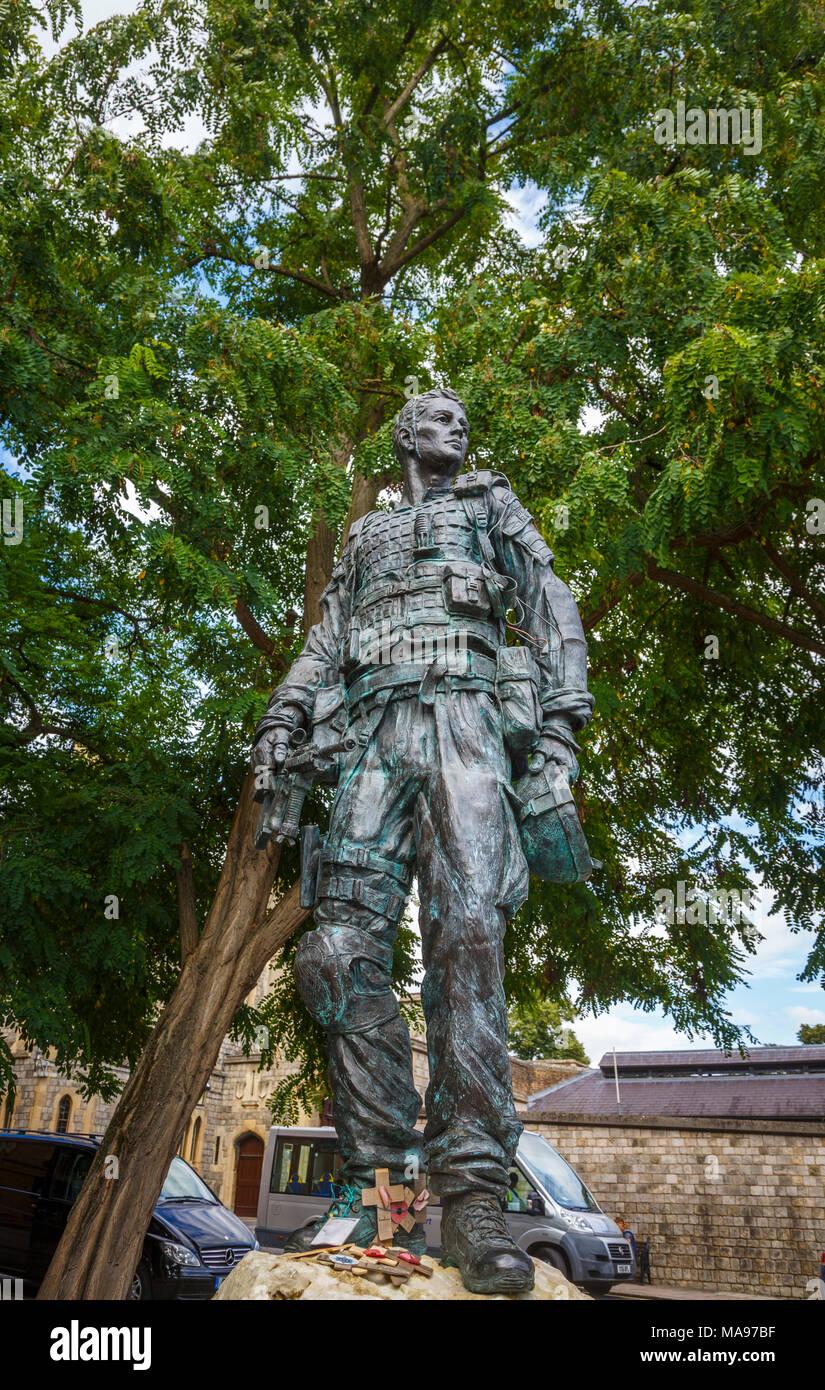 Statue of an Irish Guardsman in combat dress with plaque dedicated to Irish Guardsmen, motto 'quis separabit', Windsor, Berkshire, UK - Stock Image