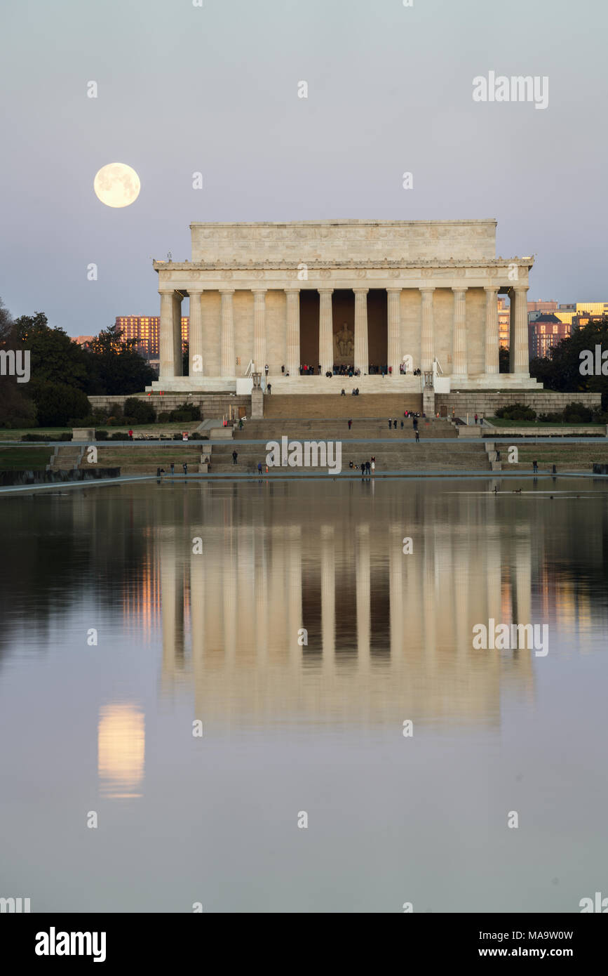 Washington DC, USA, 31 Mar 2018. Full Blue Moon setting next to the Lincoln Memorial. Credit: Xavier Ascanio/Alamy Live NewsWashington DC, USA, 31 Mar 2018. Credit: Xavier Ascanio/Alamy Live News Stock Photo