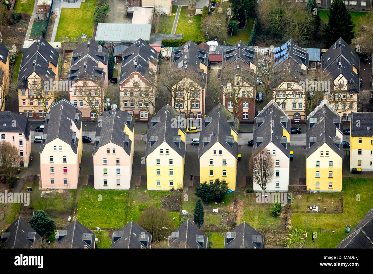 Residential row houses on the street in Breisach Obermeiderich, social housing, ThyssenKrupp Residential Real Estate GmbH, Duisburg-Nord in Duisburg i - Stock Image