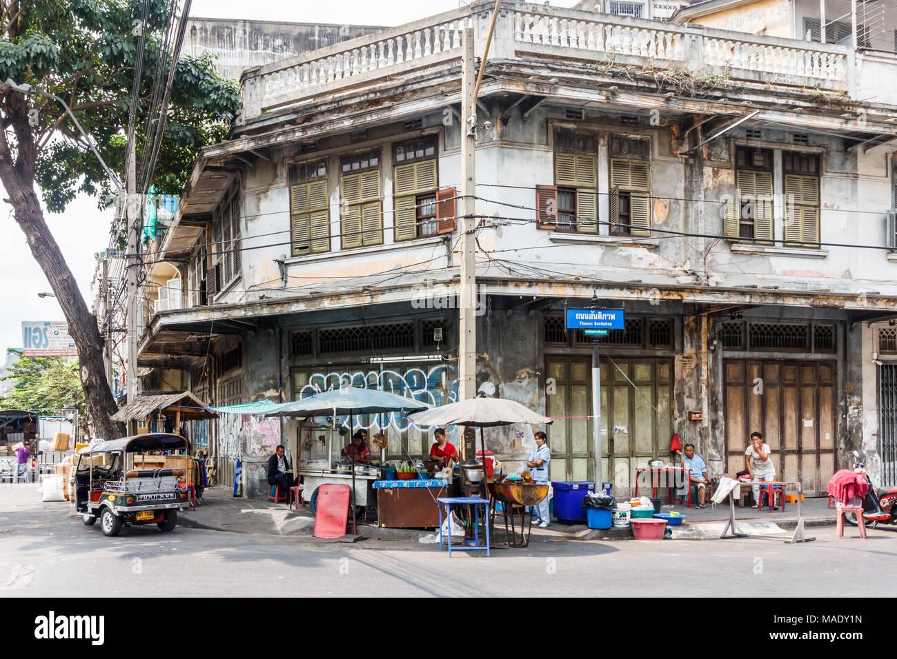 Typical street corner, outdoor cafe, restaurant, Chinatown, Bangkok, Thailand - Stock Image