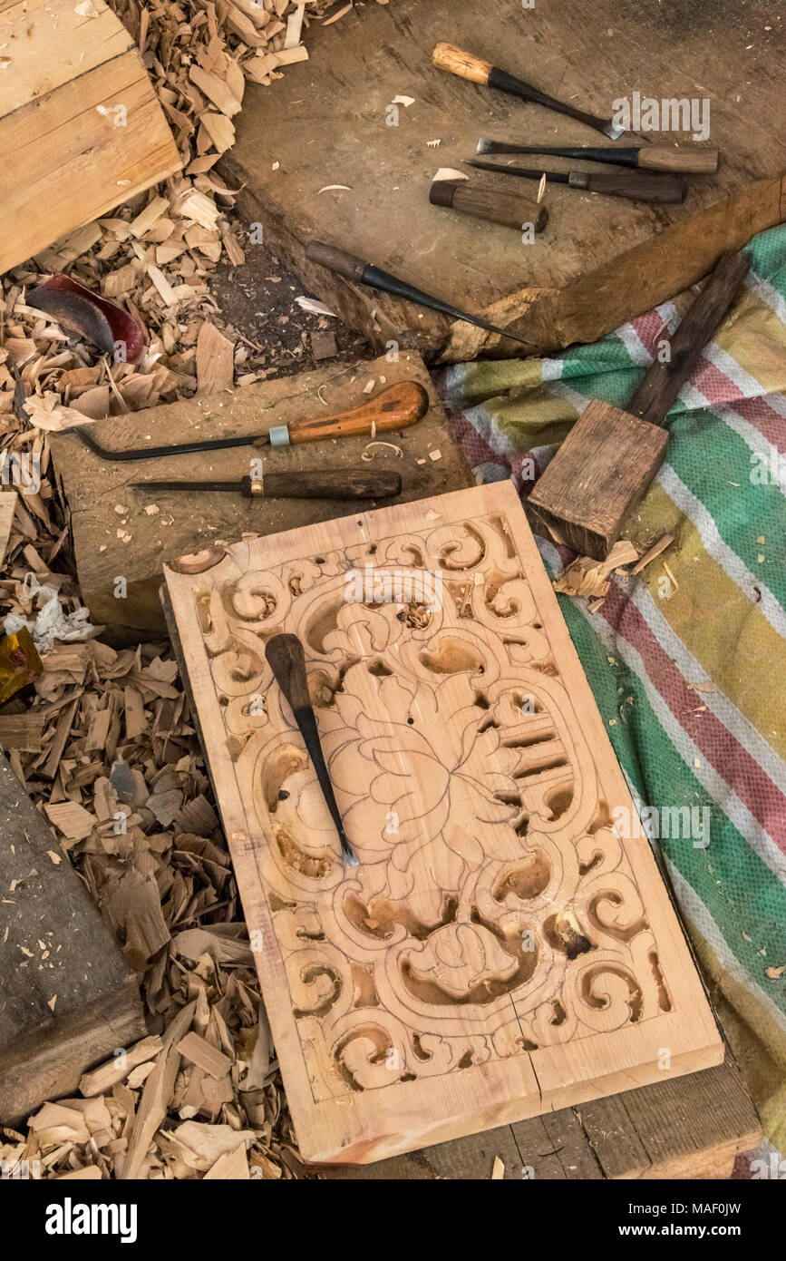 Renovating project at Litang Monastery (Changchunkeersi), new wood carving, Litang, western Sichuan, China - Stock Image