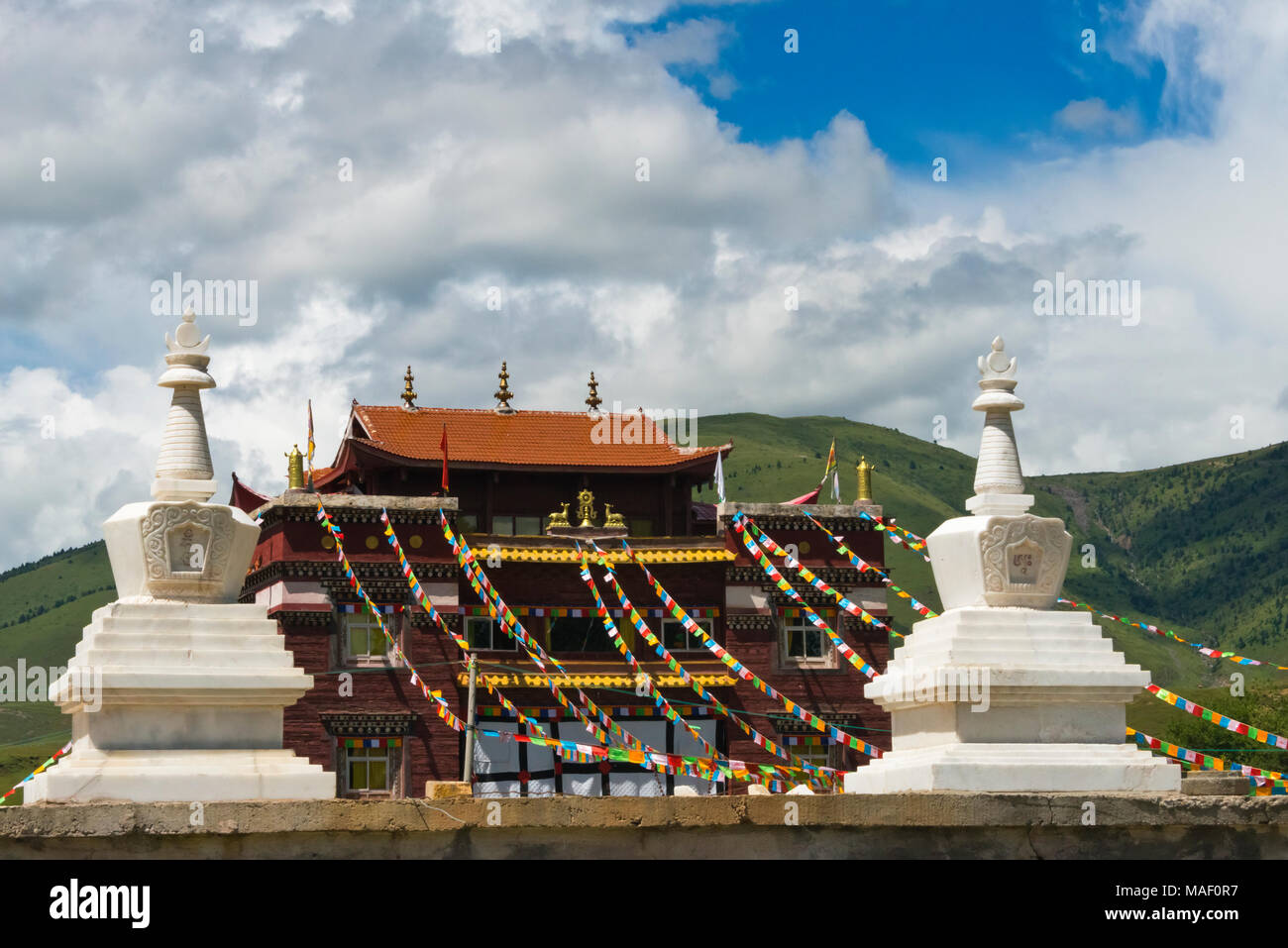 Temple with chortens, Tagong, western Sichuan, China - Stock Image
